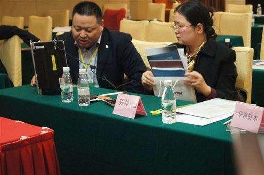 2012第十二届(深圳福田金中环酒店)软银中国代表在跟项目方现场探讨项目.jpg