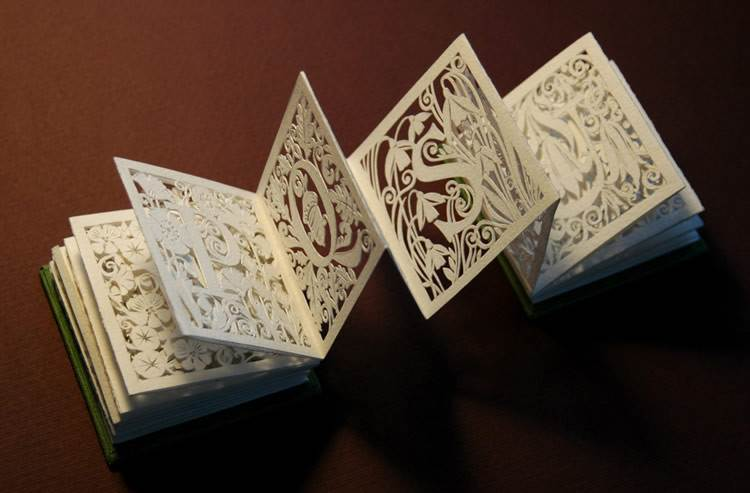 活动详情 纸雕灯笼简介 纸雕灯笼是一种将中国纸雕艺术与现代灯笼相