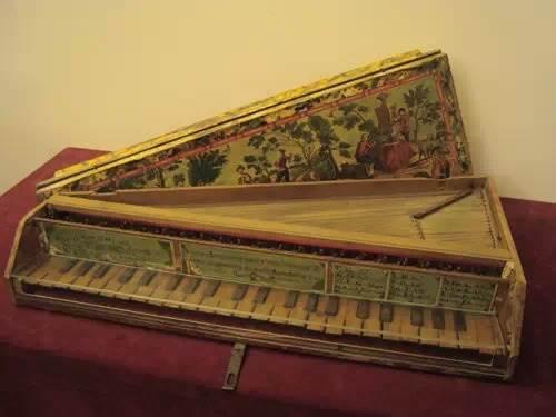 小型的击弦古钢琴图片