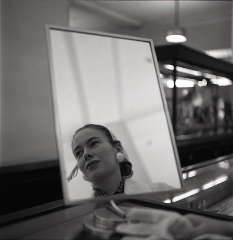© VIVIAN MAIER, Chicago, IL, 1956. Courtesy of Les Douches la Galerie (Paris).jpg