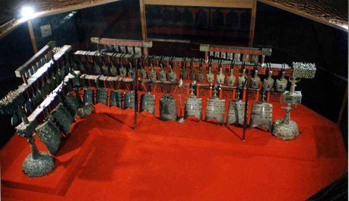 青铜器是中国在夏商周时期的文化与科技的代表,具有特殊的社会地位,是森严等级制度的产物。 中国青铜器最早从公元前五千年出现,到在汉代逐渐由铁器所取代,中国的青铜时代跨越了约三千年的历史长河。 青铜器的璀璨多样,让人目不暇接。
