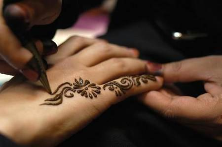 就来体验印度海娜手绘临时纹身
