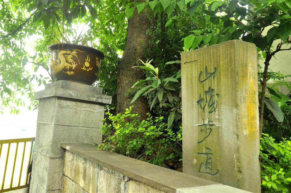 悬空架于古城墙外,外侧长江江景一览无余