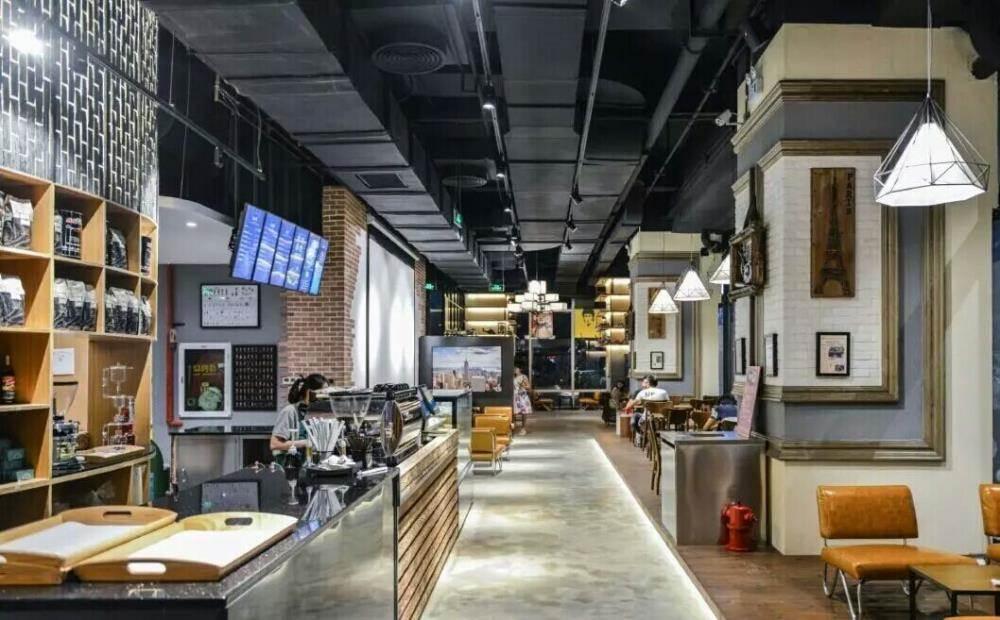 克拉咖啡(clubo coffee)是全国首家以互联网+金融为概念的主题咖啡馆,占地面积600平米,位于深圳CBD地标建筑卓越世纪中心,坐拥46.6万平米卓越INTOWN商务购物区首层黄金铺位,周边配套成熟。在其附近林立的甲级写字楼群和星级商务酒店的簇拥下,地段位置优势明显。 克拉咖啡是由十余位国内互联网金融平台大佬共同发起成立的互联网金融主题咖啡连锁品牌。克拉咖啡将长期举办各类活动,为业内人士提供自由互动的平台。在这里您可以与众多创业者、投资人、各个领域的意见领袖进行深度的学习和交流。 演播厅 多