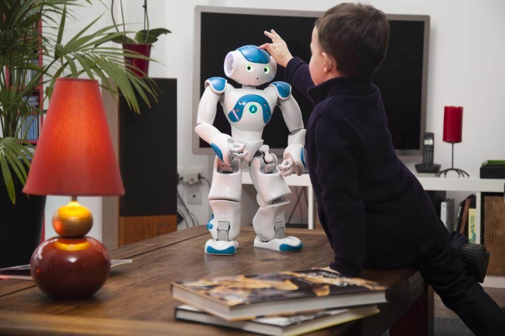 机器人如何进入生活? 近年来,世界各国都十分重视发展机器人,试图抢占这一前沿科技的制高点。研究开发新型的机器人,成为机器人专项研究的重要方向。十二五期间,我国机器人技术和产业发展的关键技术,不断推出更具应用价值和市场前景的产品,随着图像处理,语音处理,传感器技术,自动控制及计算机处理能力,无线网络技术,互联网技术的发展,目前机器人已经进入了家用智能机器人的时代。 随着科技的发展,智能机器人在众多领域越发重要,它们已不仅仅出现在科幻小说和科幻电影里,如今在很多领域里我们都可以看到智能机器人的身影。他们已经