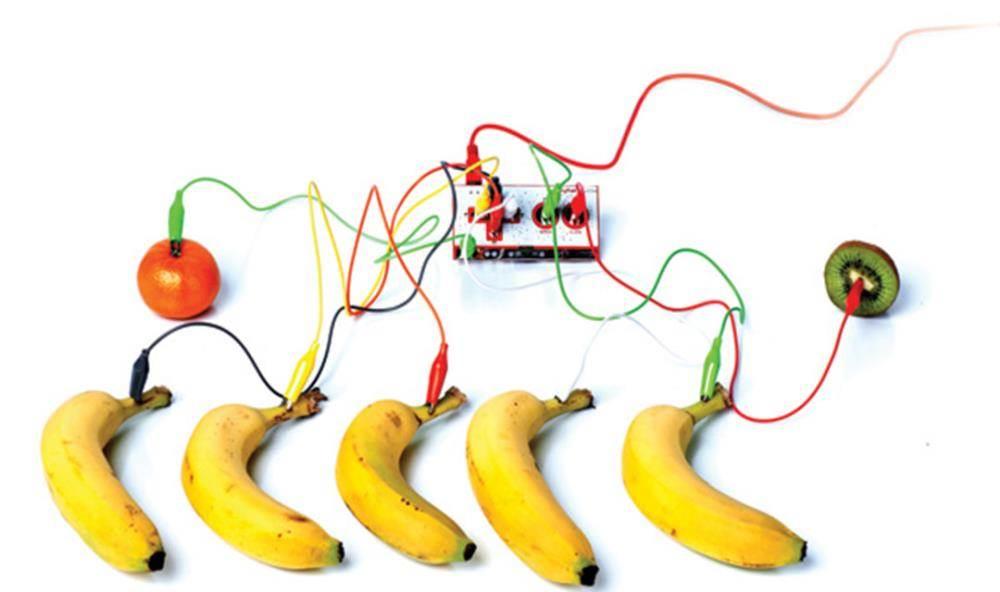 你知道用香蕉、橙子也能弹出美妙的旋律么? 你知道身边还有更多的东西可以用音乐来呈现么? 无需学习抽象的代码,编程0基础也能轻松做一个电子游戏! 来吧,蘑菇云带你体验科技与音乐的完美结合! And,本工作坊无需基础,只需自带笔记本。 And more 整套工作坊硬件材料你都可以带回家, 把整个世界变成你和宝贝的发明套装 活动内容 活动流程 安装scratch软件并做准备 教师讲解如何使用scratch软件进行图像编程 组装Makey Makey,并建立一个控制器 作品展示,演奏一场水果钢琴音乐