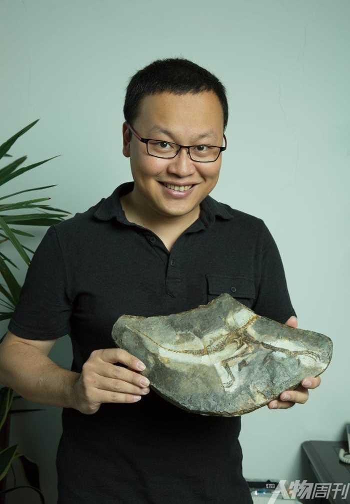 邢立达手捧着一只尚未命名的新兽类恐龙化石(姜晓明)002 - 复件(2).jpg