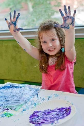 剪贴画,使用颜料印染,制作手工艺品等,在最大程度上培养小朋友的艺术