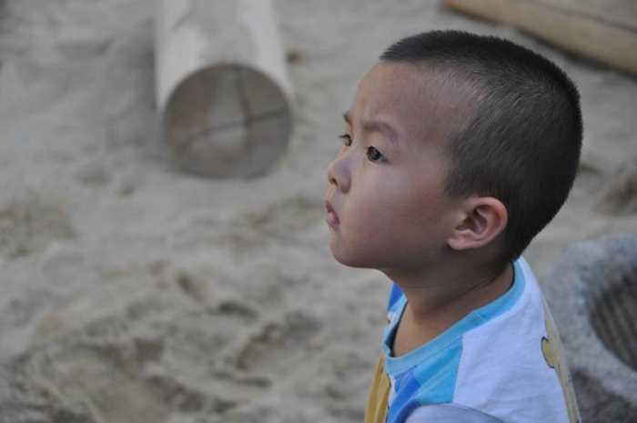 在沙坑仰望天的孩子.jpg