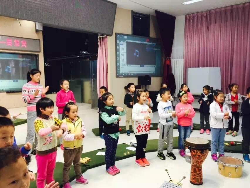 """课我们一起走进了""""动起来的音乐—奥尔夫"""",孩子们在老师的引导下伴随"""