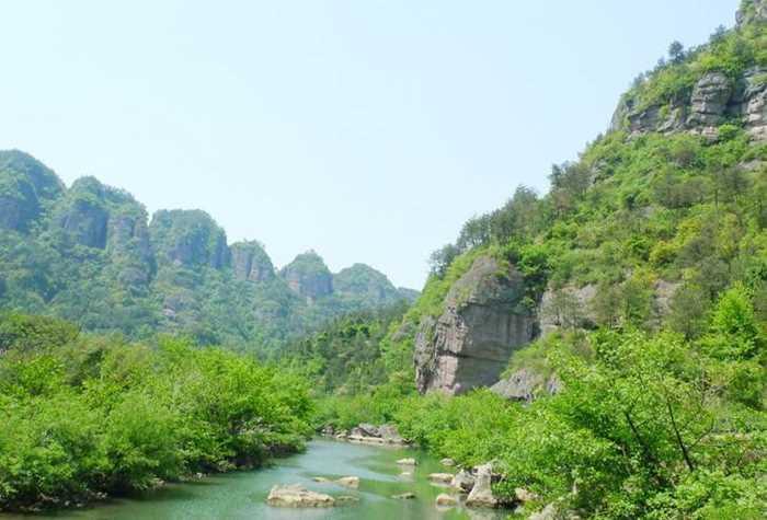 穿岩十九峰:  穿岩十九峰风景名胜区,位于新昌县城西南22公里处,总