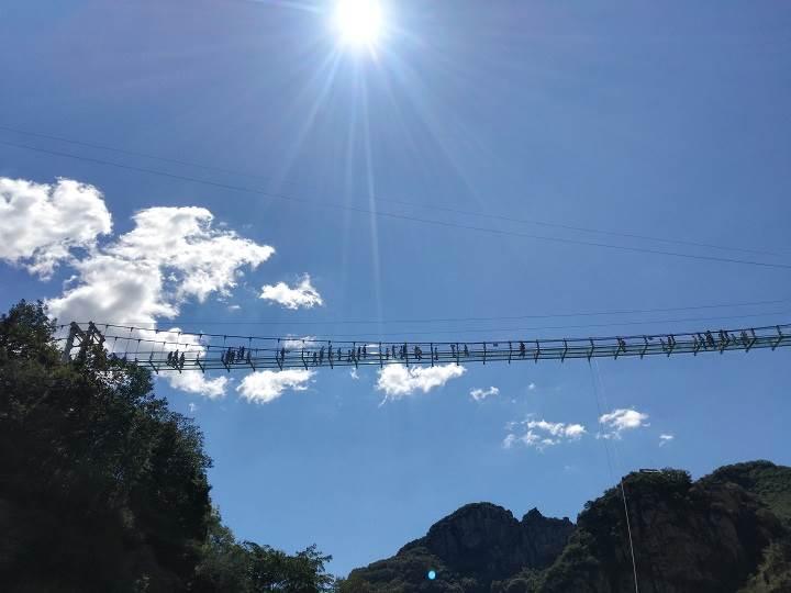 玻璃栈道(比白石山长),堪称全国最长,走在上面视野开阔,风景优美,群山