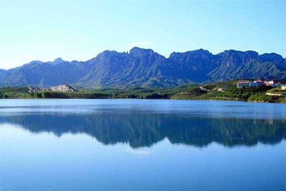 景点介绍 易水湖 易水湖位于保定境内易县城西南30公里处,是50年代利用四周高耸的山势而修建的一座人工湖。水面面积27平方公里,最深处48.5米,湖的南侧与狼牙山相连,北侧是紫荆关,西侧是海拔高达1283米的五峰寨,东侧是九龙山。    易水湖锁住易水河上游水流汇集成湖,水质清澈纯净。国标二级水质标准。易水湖周围环境优美,景色宜人。    自20世纪90年代这里开辟为旅游风景区以来,因与漓江风光相媲美,被称为北方小桂林。易水湖旅游区的特点是山水相间,具有南国风情。易水湖小桂林坐落在易水湖湖畔,藤萝倒