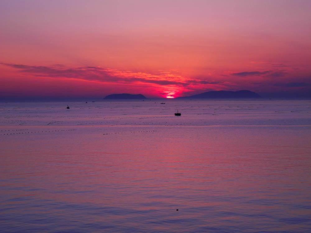 【月牙湾】又称半月湾,坐落于长岛县北长山岛最北端,自然形成长约2000米的月牙长滩,因湾形似半月而得名。它背依青山绿野,环抱碧海清波,一袭银白球石的遥遥长滩,镶嵌在青山碧水之间,犹如深邃夜空中的一弯新月。世上的海湾比比皆是,而具有洁白如美玉,晶莹赛琥珀的千米球石长滩,却只此一家,真若一个珠光宝气的球石世界。