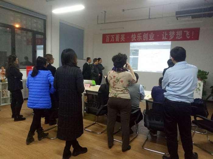 【公开课】学员们看竞赛结果.jpg