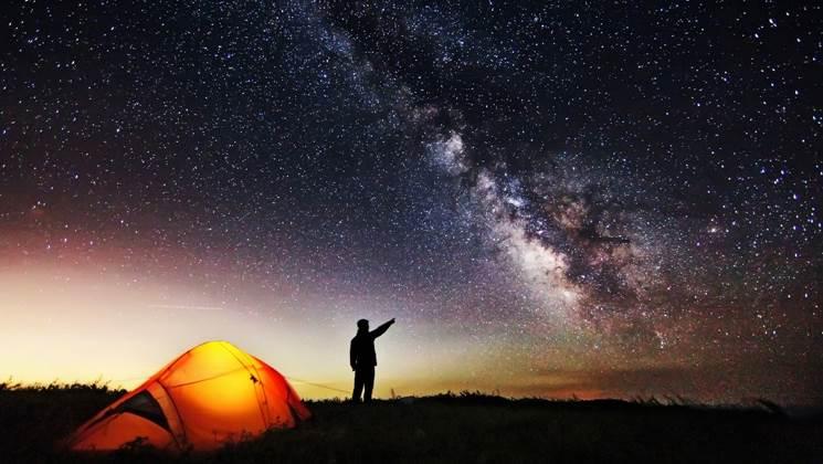 他在星空下的草地上_星空下草地上的地球