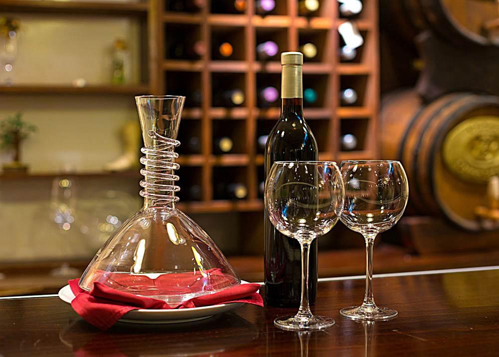 瓶中的葡萄酒就如沉睡的美人,虽美但缺乏灵气,而醒酒能让葡萄酒的灵气焕发。在葡萄酒与清新的空气接触、充分呼吸之时,葡萄酒中的单宁会逐渐氧化,其香味也会随着氧化的过程逐渐散发出来,而葡萄酒的口感也会变得更加醇厚和柔和。我们何不邀约几位友人,在休闲的周末假日何不寻一环境优雅、又具浪漫的会所小聚!一起唤醒沉睡中的睡美人呢?  端起一杯美酒,观其色,问其香,品其味。辰齿留香,令人陶然。  5月14日晚欢迎大家齐聚普瑞斯一起接杯换盏,开怀畅饮。每个普瑞斯的周末,都会举办类似的品酒会活动,每次都会请来不同讲师,无论怎样