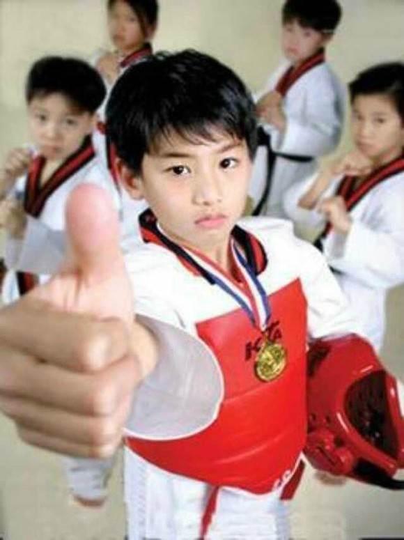 在孩子学习跆拳道的过程中,强身健体,为孩子本身增强抵抗力,不再那么