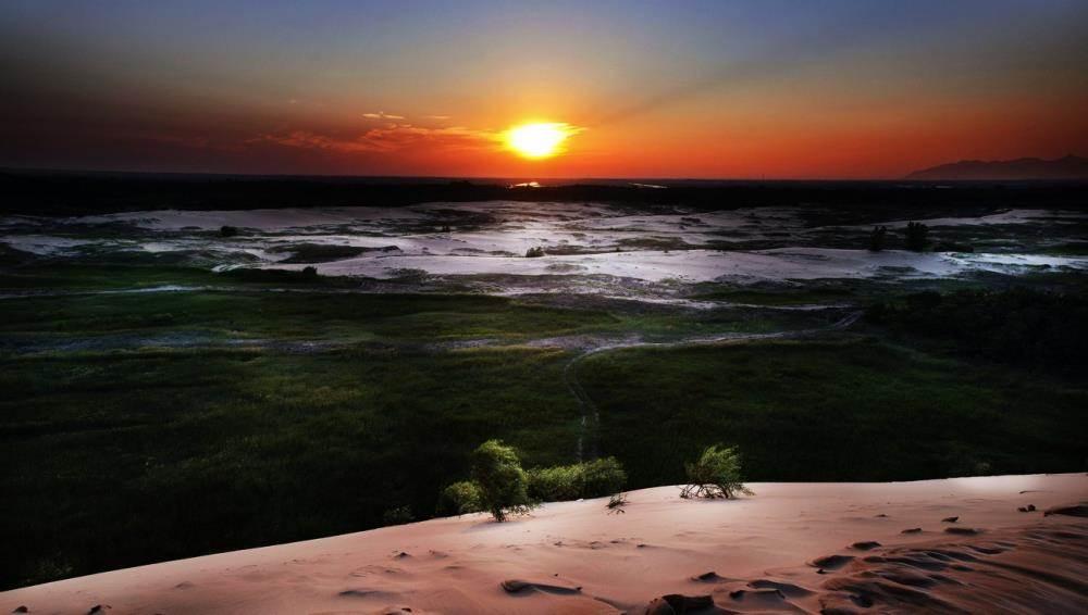 【目的地简介】 翡翠岛:翡翠岛位于昌黎县黄金海岸南部,是一座由黄色细沙和绿色植被相间构成的半岛,岛上沙山连绵起伏,陡缓交错。最高处达44米,方圆七平方公里,素有京东大沙漠之称。由于这里独特的自然地理环境,形成了国内独有、世界罕见的海洋大漠风光。50年代风靡全国的电影《沙漠追匪记》便是在这里拍摄的。连绵起伏的沙丘与碧海、蓝天、绿林共同构成一幅罕见的海洋沙漠景观。翡翠岛上绿树葱郁,浓荫覆盖,恰似一块镶嵌在湖边的翡翠。翡翠岛东、北、西三面由渤海和七里海环绕(泻湖),是一座由金黄色细沙构成的半岛,岛上沙山连绵起