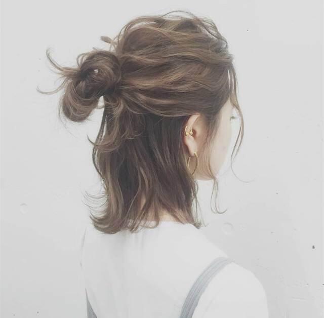 超简单易学的日常发型 女生就要每天让自己美美哒 就不要问别人好不好看啦 短发发型、齐肩短发 中长发还是长发能适用各种发型 发型很重要哦 一起来感受化妆发型的魅力吧~ 一、丸子头  丸子头发型甜美清新,高高的丸子头松散地扎起,几缕发丝垂落在脸颊两旁娇俏可人,棕色系染发衬托肤色,哪怕是简单的T恤穿搭也能变得很有女神范。 二、LOB头  什么叫LOB头呢?所谓的LOB,其实就是Long Bob,顾名思义就是长波波头,长度标准是发尾在下巴和肩膀之间。其中凌乱蓬松,有一种今天没睡醒,懒得梳头的有点乱的发型