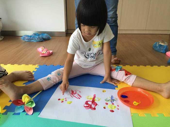 """"""" 然后跟着老师一起制作创意的手印画, 为手掌印添上眼睛,换几种颜色"""