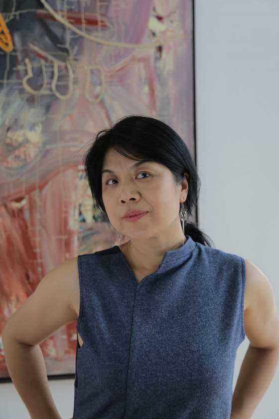 黄梅博士在她收藏的德国当代名画前_gaitubao_com_3456x5184.JPG