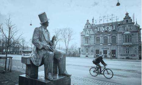 在哥本哈根市政厅建筑物对面,立着安徒生的铜像.png