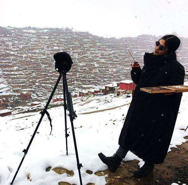 在色达下乡时的雪中写生照.jpg