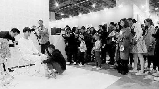 第六届广州大艺博现场行为艺术-覆盖白色(艺术家:季雪峰)b.jpg