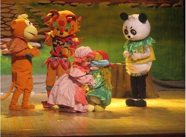 剧目介绍: 《格林童话》中小红帽和狼外婆的故事,历经200多年经久不衰,影响力可与《白雪公主》相媲美,有100多个版本,译本遍布全世界,北京丑小鸭卡通艺术团把儿童剧《小红帽》搬上舞台,在北京一经推出,就连续演出30场,深受欢迎,在全国文化产业交易会中成为第一个被拍出的儿童演出剧目,广受瞩目。   儿童剧《小红帽》讲述大森林里,动物们正在为聪明可爱、乐于助人的小红帽举办生日PARTY,传来了外婆生病的消息,小红帽在探望的路上遇到了狡猾的狐狸和可恶的大灰狼,智斗开始了。 剧目亮点: 一波三折的包袱展现,曲折、