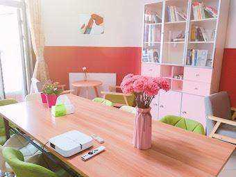 客厅花和书柜.jpeg