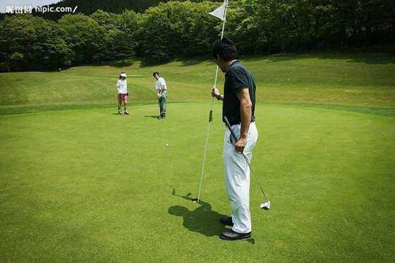 青少年学习高尔夫的好处 1 人人都能参与 高尔夫运动并不苛求年龄和身体素质的要求。你不需要特别强壮、高大或者敏捷才能打好高尔夫。这点从高尔夫冠军中就可以看出来,他们中有你可以想象到的任何身材。学习高尔夫永远不会早,很多优秀的球员都是从两三岁开始便接触这项运动。学会高尔夫之后,你可以在一生中享受到它带给你的好处。 2 不容易受伤 与很多其他流行的运动,如足球、橄榄球和武术相比,高尔夫受伤,尤其是严重受伤的几率是非常小的,因为它并非需要身体对抗的项目。  3 安全的环境 高尔夫球场是非常安全的地方,在这里家长