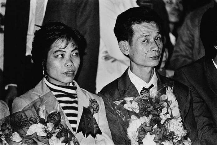 1983(大) 广东广州 首届大龄青年集体婚礼上的一对夫妇 Guangzhou, Guangdong A new couple on the first collective wedding ceremony for older single youth.jpg
