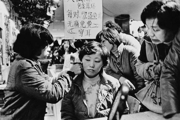 "1984 广东广州 首届""美在花城""博览会上的无痛穿耳摊档 Guangzhou, Guangdong A booth for painless ear piercing at the First ""Beauty in Flower City""Fair.jpg"