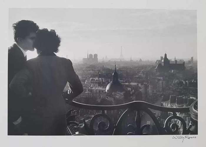 © WILLY RONIS, Les amoureux de la colonne de la Bastille, 1957. Courtesy of Galerie Photo 12 (Paris & Los Angeles) .png