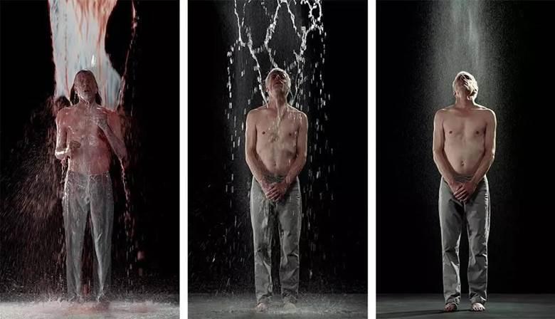 《逆生》,2014 ,全身浸透着黑色液体的男人在黑暗中若隐若现,渐渐地液体向上空升腾,从棕色到白色,从出生到死亡,从土地到空气的副本.jpg