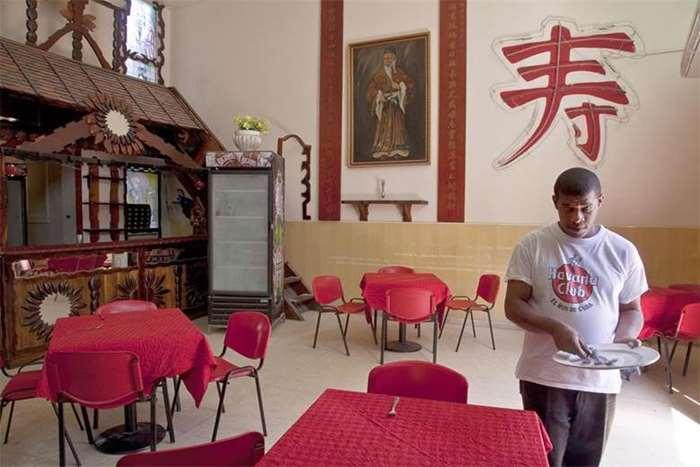 刘博智摄 哈瓦那华区唛源公所餐馆,海外广东唐人雷方邝三姓宗亲会。因古巴共产公有制,以前因为宗亲会会员众多,因此有特别准许开餐馆,所营利是供给会员福利。因会员去世,只剩一位。 2009.jpg