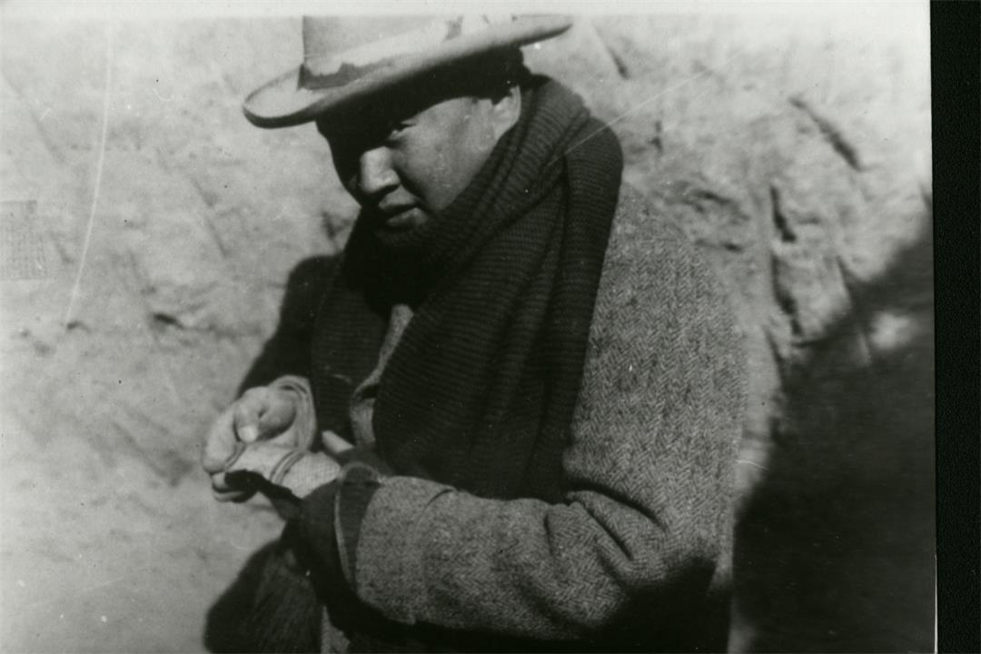 1929年秋,李济在安阳殷墟第三次发掘现场获得唯一的一片彩陶片。(李光谟提供).jpg