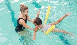 【免费】老外教孩子游泳,边说英语边学游泳