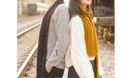情侣一起编织情侣围巾