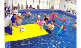 凯德天府店丨19.9抢亲子游泳双人票(1大1小),恒温泳池,温和舒适,专业教练保障孩子安全